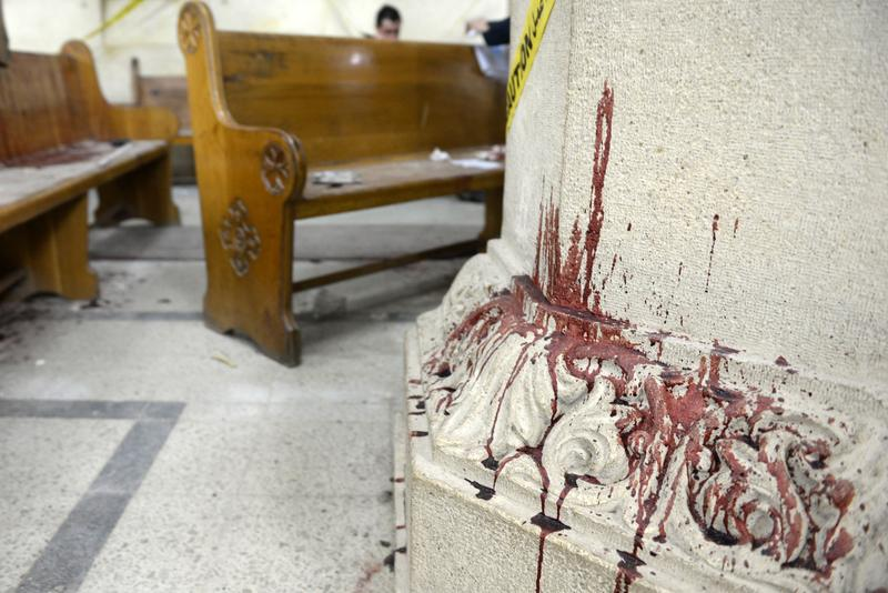 Ślady krwi na kolumnie w kościele koptyjskim  w mieście Tanta, 90 km od Kairu  fot.Mohamed Hossam/EPA