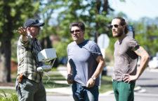 Od lewej: Grzegorz Godlewski, Kuba Łuczkiewicz i Matt Pratt na planie filmu