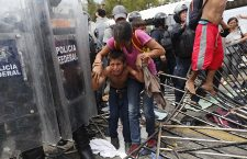 Honduran migrants continue their way at the border between Guatemala and Mexico, Tecun Uman - 19 Oct 2018