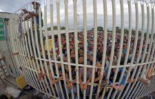 Thousands of Honduran migrants cross into Mexico from Guatemala, Ciudad Hidalgo - 19 Oct 2018