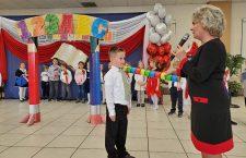 Max Roman pasowany przez panią kierownik Christina Schneider na ucznia polskiej szkoły